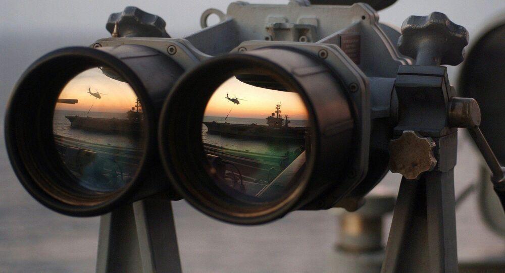 El reflejo de un buque y un helicóptero en los binoculares
