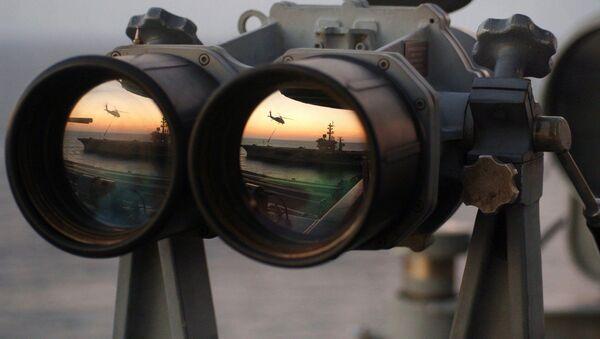 El reflejo de un buque y un helicóptero en los binoculares - Sputnik Mundo