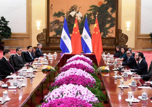 El presidente de El Salvador, Nayib Bukele, en una reunión junto al presidente chino Xi Jinping