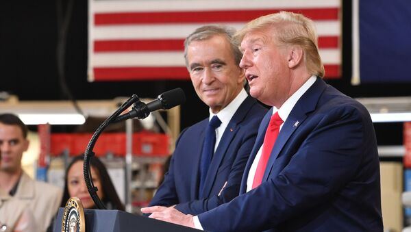 El presidente de EEUU, Donald Trump, con el director ejecutivo de LVMH, Bernard Arnault - Sputnik Mundo