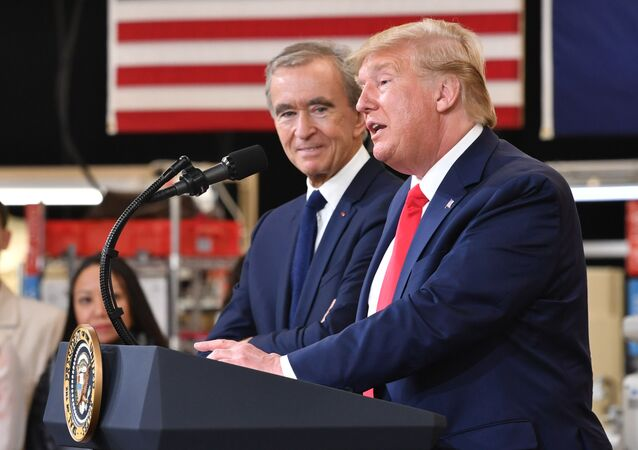 El presidente de EEUU, Donald Trump, con el director ejecutivo de LVMH, Bernard Arnault