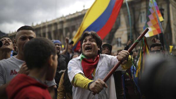 Los participantes de una protesta antigubernamental en Colombia - Sputnik Mundo