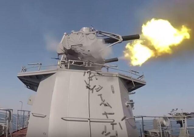 Cañónes antiaéreos de un buque militar ruso