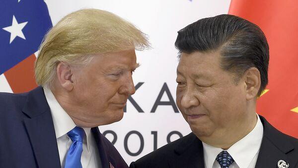 Donald Trump, presidente de EEUU, se reúne con su par chino, Xi Jinping, durante el G20 - Sputnik Mundo