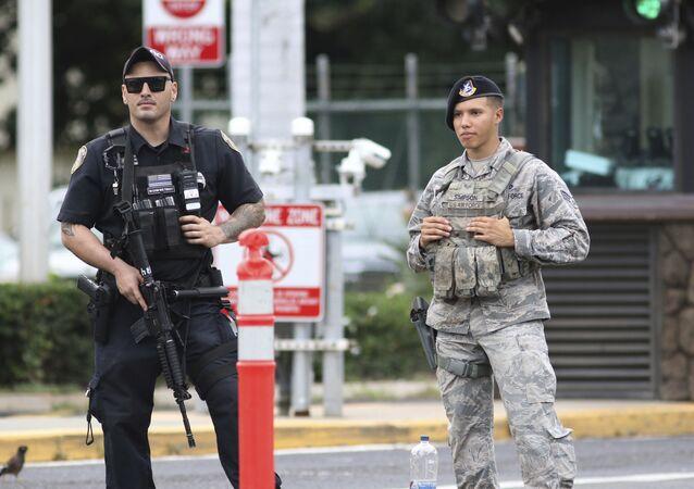 Guardias de seguridad custodian la entrada principal de la base naval Pearl Harbor en Hawái (EEUU) tras tiroteo el 4 de diciembre de 2019