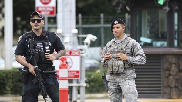Guardias de seguridad custodian la entrada principal de la base naval Pearl Harbor en Hawái (EEUU) tras tiroteo el 4 de diciembre de 2019 - Sputnik Mundo