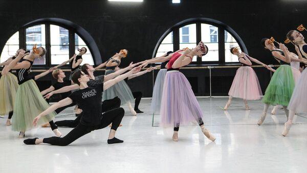 Los artistas de la compañía Yacobson Ballet ensayan el ballet 'La dama de picas' - Sputnik Mundo