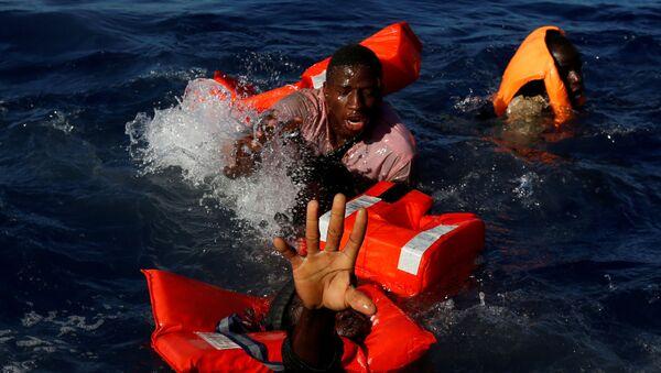 Migrantes en el agua - Sputnik Mundo