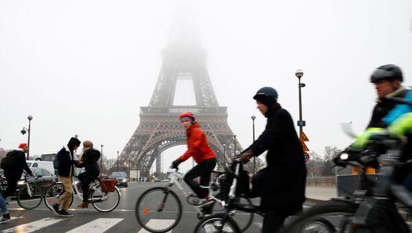 La torre Elffel de París durante la huelga general convocada contra la reforma de las pensiones en Francia - Sputnik Mundo