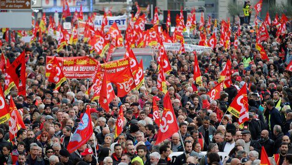 Franceses marchan contra la reforma de pensiones en Marsella - Sputnik Mundo