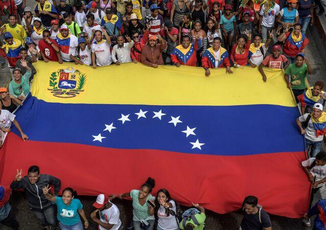 Partidarios del presidente venezolano, Nicolás Maduro con la bandera nacional