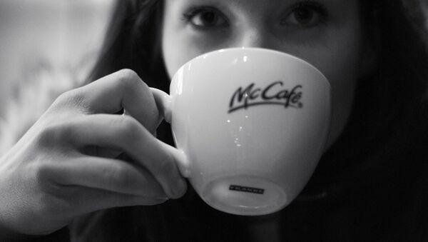 Una persona bebe un café de McDonald's - Sputnik Mundo