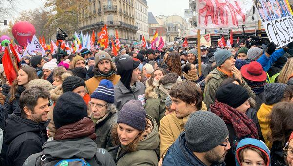 La huelga contra la reforma de las pensiones en París - Sputnik Mundo