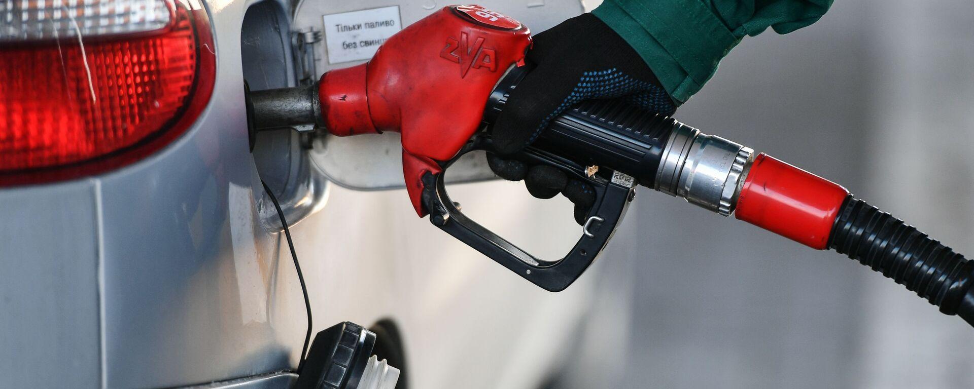 Reabastecimiento de combustible en una gasolinera (imagen referencial) - Sputnik Mundo, 1920, 19.05.2020