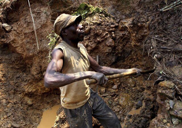 Mineros congoleños excavan en busca de casiterita, el principal mineral de estaño, en la mina de Nyabibwe, en el este de la República Democrática del Congo