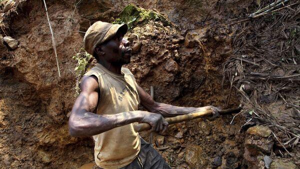 Mineros congoleños excavan en busca de casiterita, el principal mineral de estaño, en la mina de Nyabibwe, en el este de la República Democrática del Congo - Sputnik Mundo