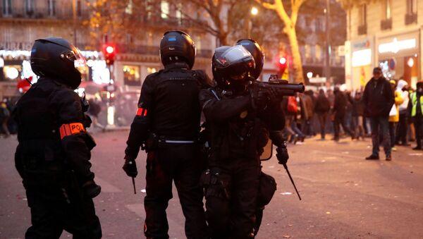 La policía durante las protestas en París - Sputnik Mundo