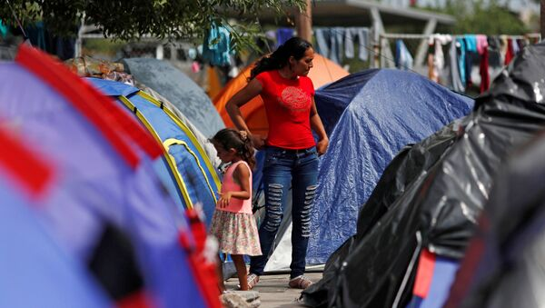 Migrantes centroamericanos en un campamento en Matamoros, México (archivo) - Sputnik Mundo