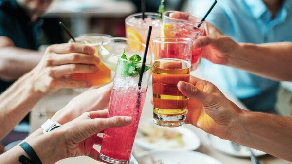 Unas bebidas en una fiesta (imagen referencial) - Sputnik Mundo