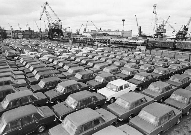 Coches Lada en el puerto de Riga en 1982