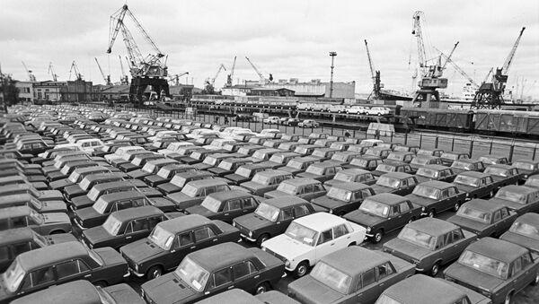 Coches Lada en el puerto de Riga en 1982 - Sputnik Mundo