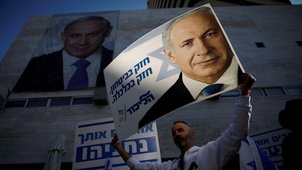Partidarios de Benjamín Netanyahu frente a la sede del Likud en Tel Aviv - Sputnik Mundo