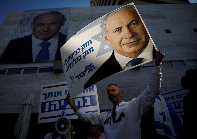Partidarios de Benjamín Netanyahu frente a la sede del Likud en Tel Aviv