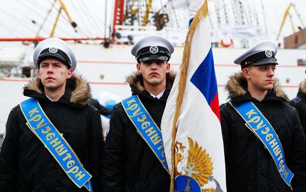 Unos tripulantes del velero Kruzenshtern en el puerto de Kaliningrado - Sputnik Mundo