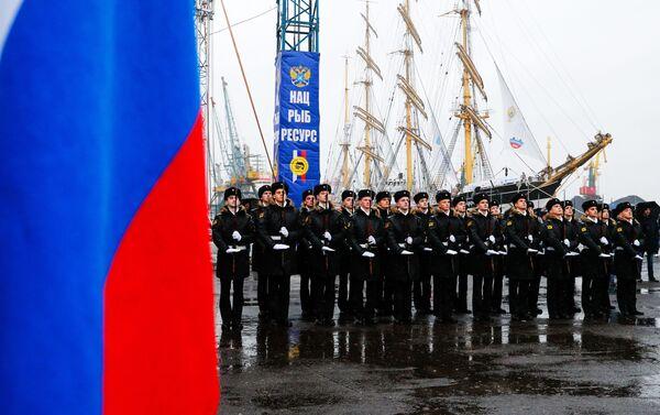 Soldados durante la ceremonia de despedida de los veleros Sedov y Kruzenshtern en el puerto de Kaliningrado - Sputnik Mundo