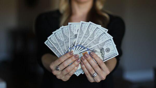 Una mujer con dinero - Sputnik Mundo