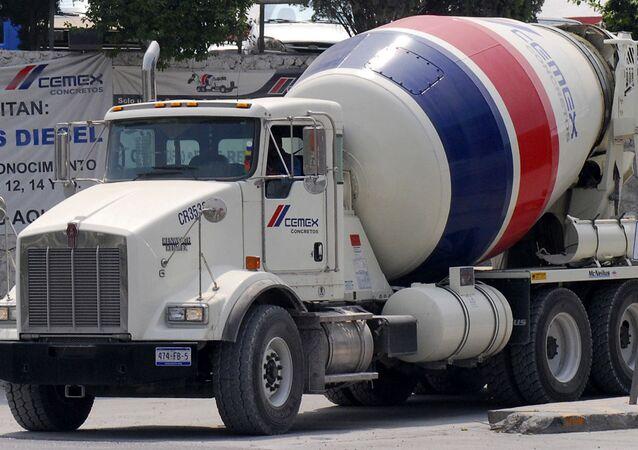 Un camión de la empresa mexicana Cemex