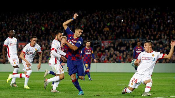 El delantero del FC Barcelona Luis Suárez marca un gol de tacón - Sputnik Mundo