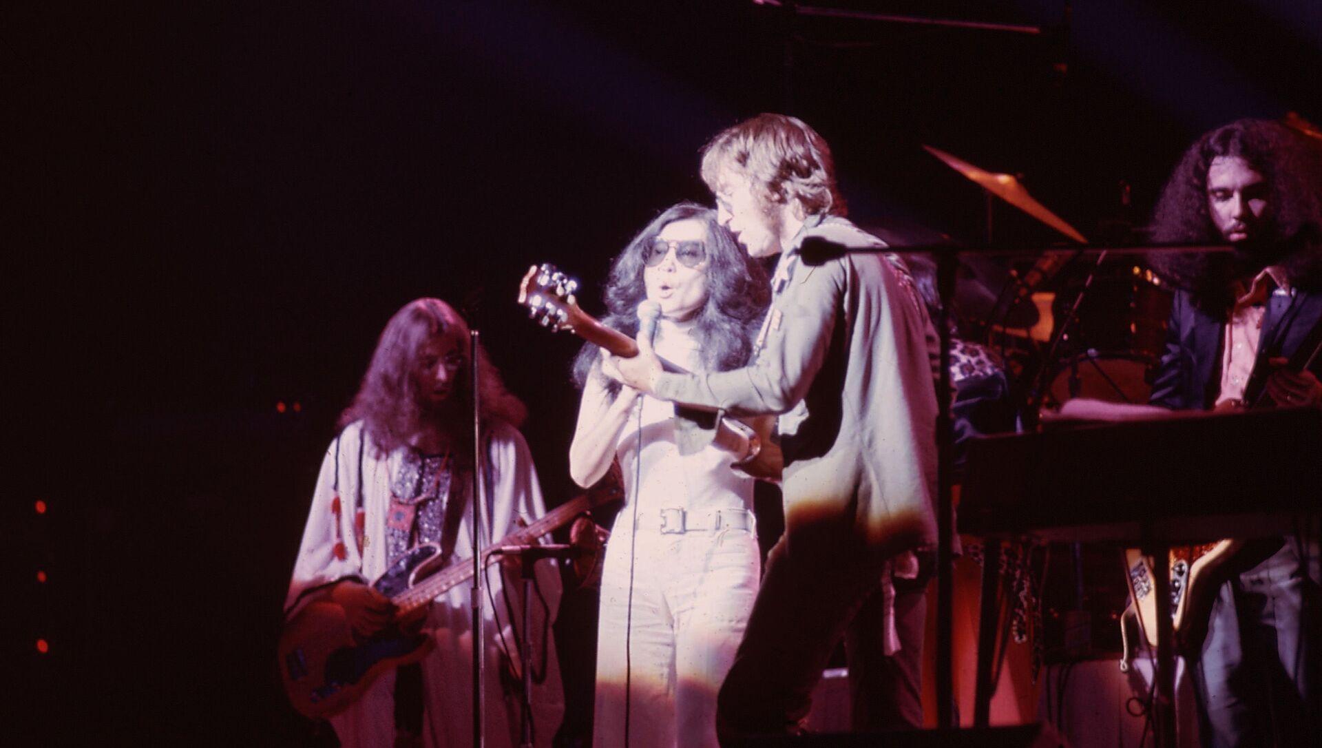 John Lennon junto a su esposa, Yoko Ono - Sputnik Mundo, 1920, 08.10.2020