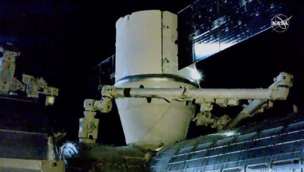 La cápsula Dragon con el nanosatélite mexicano AztechSat-1 en su interior se acopla a la EEI - Sputnik Mundo