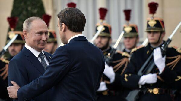 El presidente ruso, Vladímir Putin con su homólogo francés, Emmanuel Macron en la Cumbre del Cuarteto de Normandía en París - Sputnik Mundo