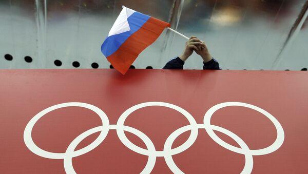 Anillos olímpicos y la bandera de Rusia - Sputnik Mundo