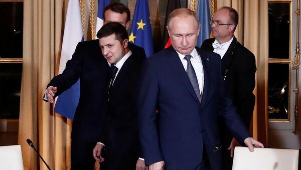 Volodímir Zelenski, presidente de Ucrania, y su homólogo ruso, Vladímir Putin, antes del inicio de las negociaciones de la cumbre del Cuarteto de Normandía - Sputnik Mundo