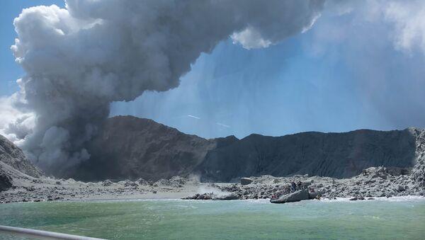 El volcán White Island en la isla deshabitada de White (Whakaari) de Nueva Zelanda - Sputnik Mundo