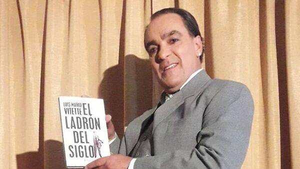 El ladrón uruguayo Luis Mario Vitette mostrando su biografía - Sputnik Mundo