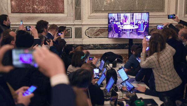 Los periodistas siguen la cumbre de Normandía en París - Sputnik Mundo