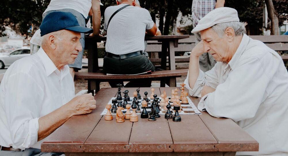 Dos ancianos jugando ajedrez (imagen referencial)