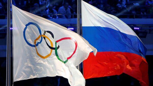 La bandera Olímpica y la de Rusia (archivo) - Sputnik Mundo