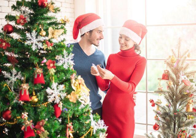 Una pareja en la Navidad