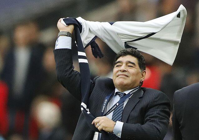 Diego Maradona celebrando