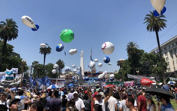 La Plaza de Mayo fue el epicentro de la gran fiesta popular por el regreso al poder del peronismo - Sputnik Mundo