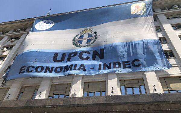 En los edificios estatales que dan a la plaza se desplegaron inmensas banderas políticas - Sputnik Mundo