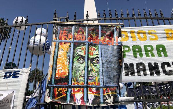 No faltaron los mensajes en contra del expresidente Mauricio Macri  - Sputnik Mundo