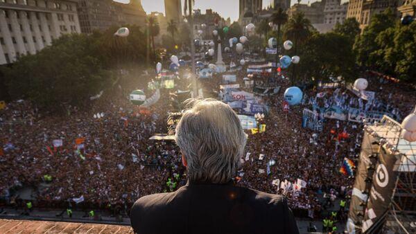 El Presidente argentino, Alberto Fernández, frente a la multitud reunida en Plaza de Mayo - Sputnik Mundo