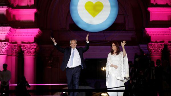 El presidente, Alberto Fernández, y la vicepresidenta, Cristina Fernández saludan a la multitud en Plaza de Mayo - Sputnik Mundo