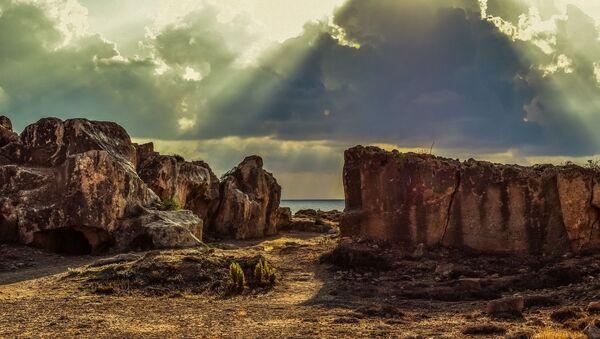 Rocas y piedras en una costa (imagen referencial) - Sputnik Mundo